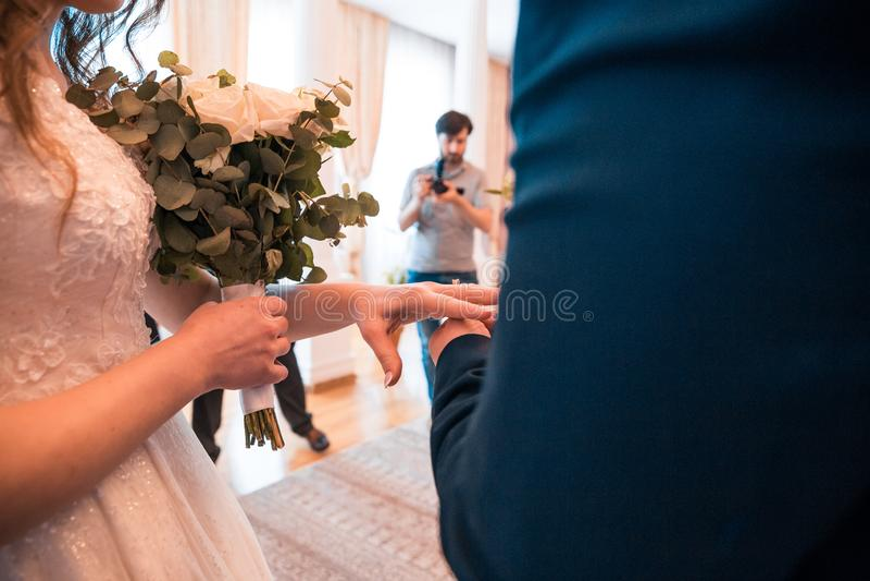 滑倒在手指的结婚戒指 免版税库存照片