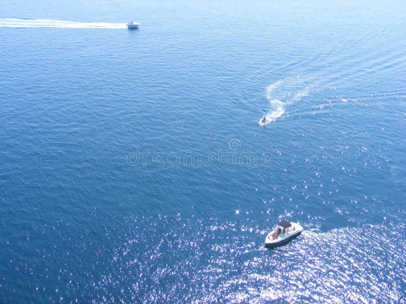 滑冰在夏天由小船的海 库存照片