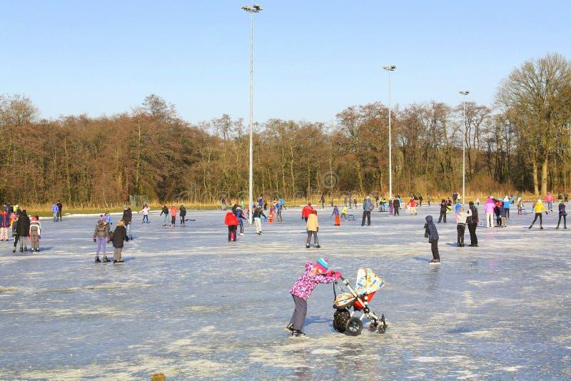 滑冰在滑冰场 图库摄影