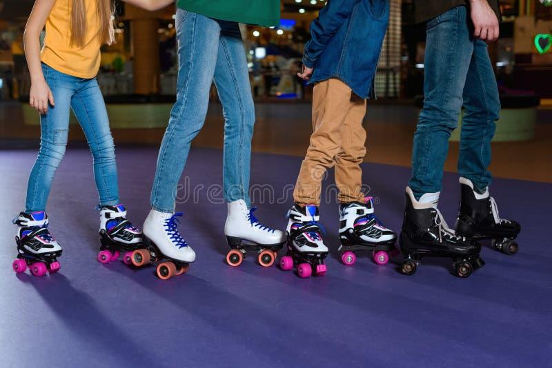 滑冰在路辗的部份观点的父母和孩子 免版税库存图片