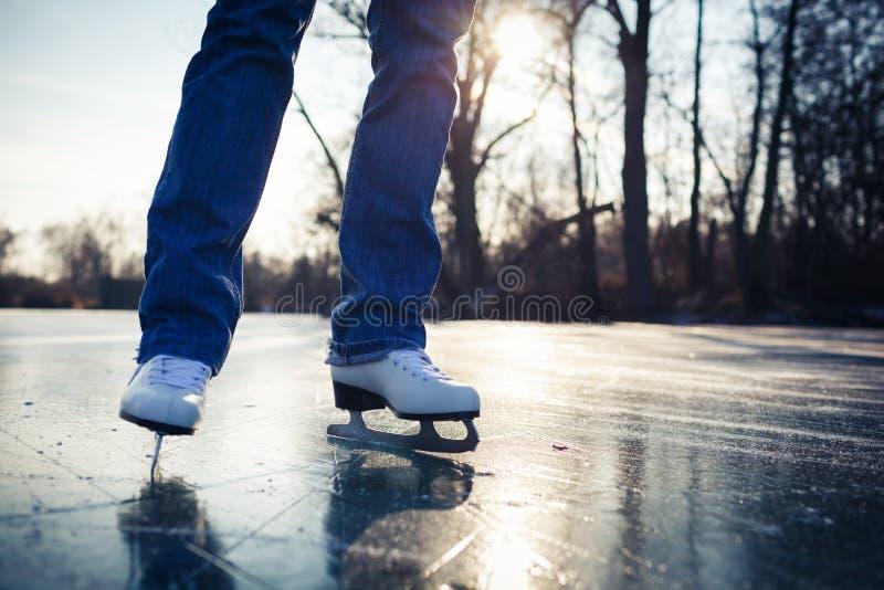 滑冰户外在池塘的少妇 库存照片