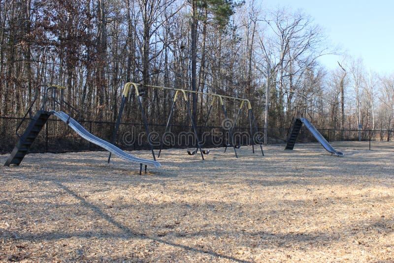 滑和摇摆在公园和一feautiful suuny天 库存照片