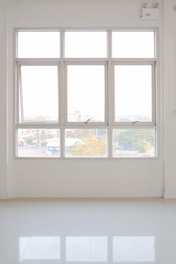 滑在白色墙壁内部房子的玻璃窗 库存图片