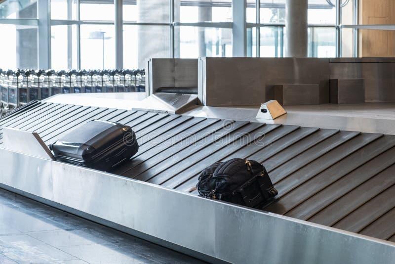 滑在路轨的乘客行李在领取行李 免版税库存照片