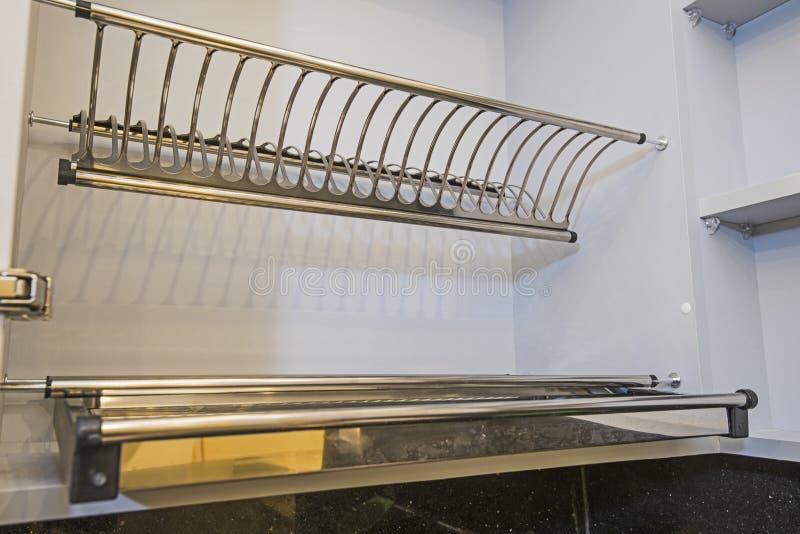 滑盘碟架细节的厨房室内设计 免版税库存图片