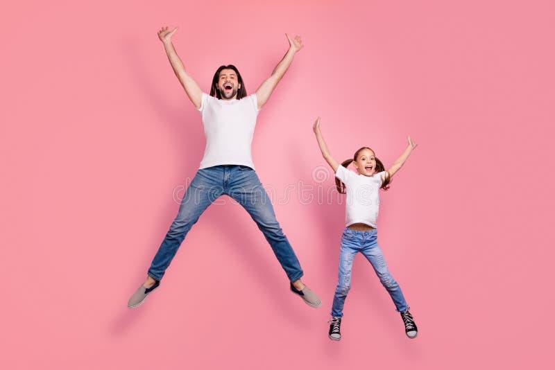 滑稽全长身体尺寸的照片她她的小夫人他他他的爸爸爸爸跳空气星形状形象惊奇被激发 免版税库存照片