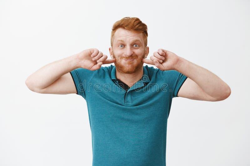 滑稽和愉快的使用与儿子,喘气,屏住呼吸和戳面颊的红头发人成熟爸爸,当广泛时地微笑 库存图片