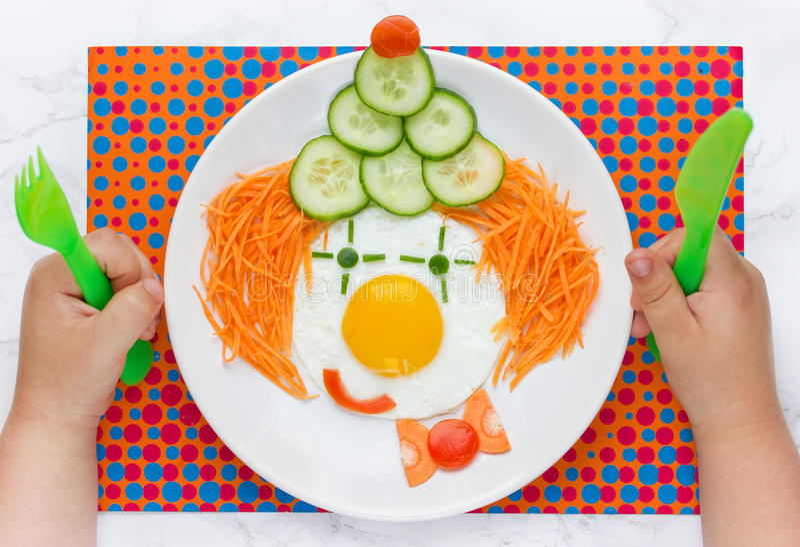 滑稽的与菜的小丑煎蛋孩子的 免版税库存照片