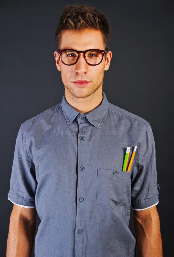 滑稽的书呆子人纵向戴pencyls和眼镜的在黑色b 免版税图库摄影