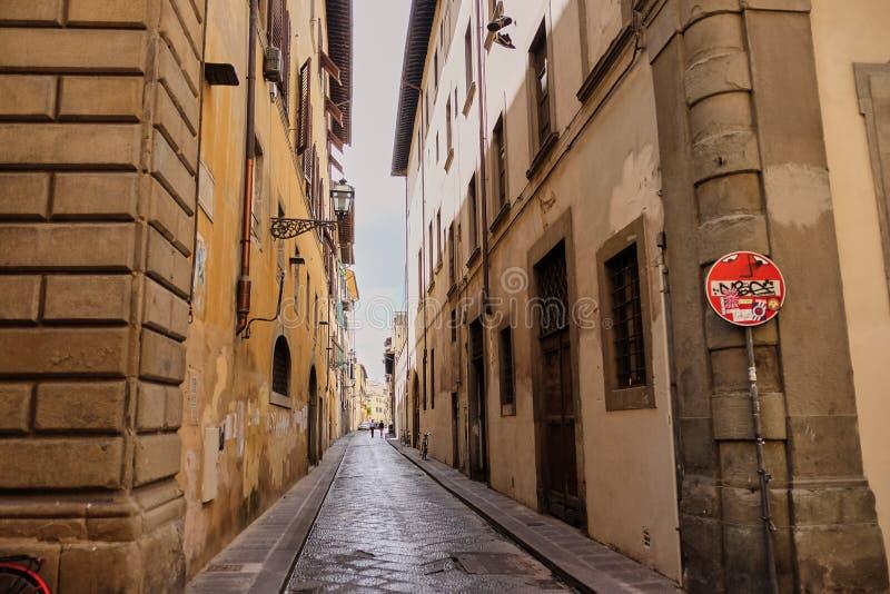 滑稽的交通标志,佛罗伦萨,意大利3月30日2018年:在佛罗伦萨街道的没有词条和死角路牌由a赋予生命 免版税库存图片