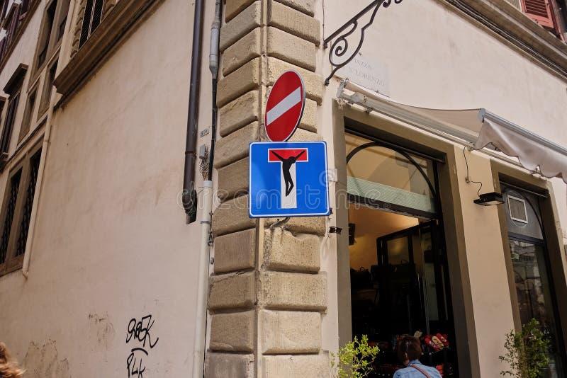 滑稽的交通标志,佛罗伦萨,意大利3月30日2018年:在佛罗伦萨街道的没有词条和死角路牌由a赋予生命 库存照片
