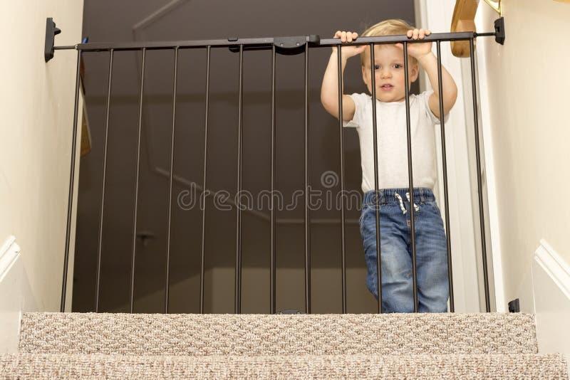 滑稽的台阶小孩接近的安全门  免版税库存照片