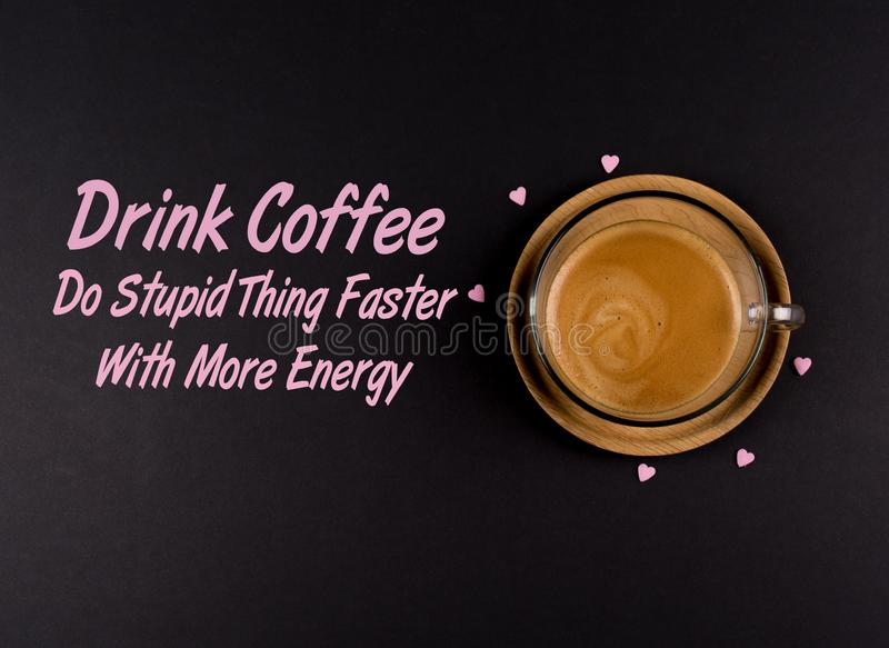 滑稽的咖啡Memes,'喝咖啡做愚笨的事快速与能量' 免版税库存照片