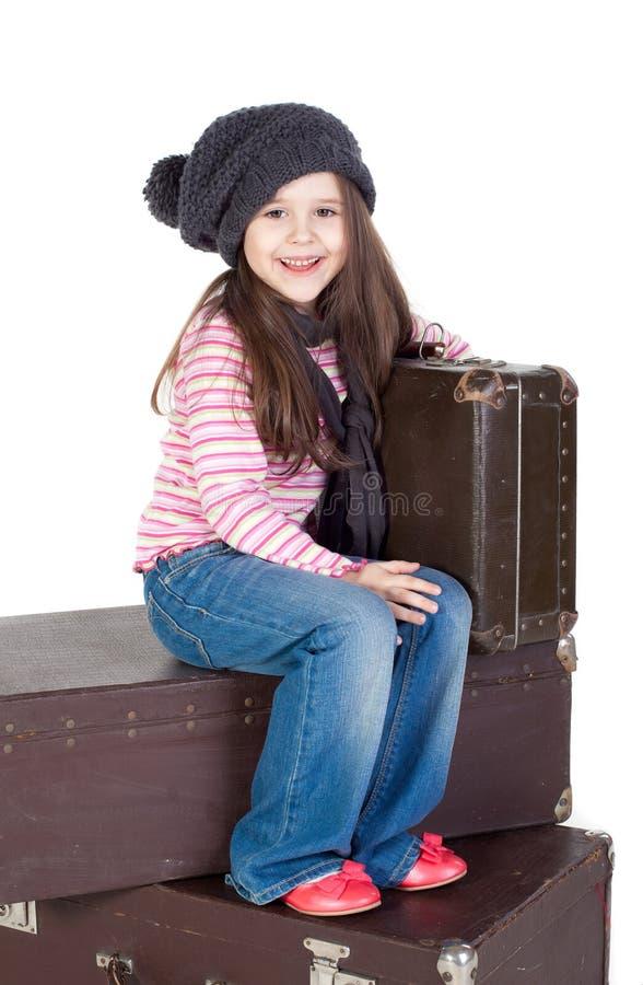 滑稽的女孩小的老手提箱 免版税库存照片