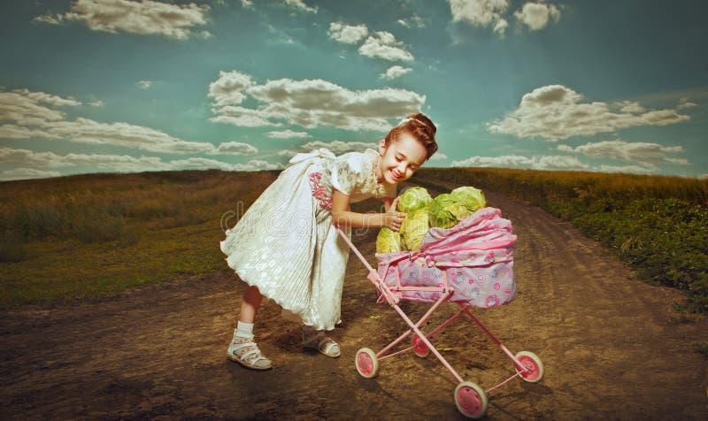 滑稽的女孩用圆白菜 库存照片