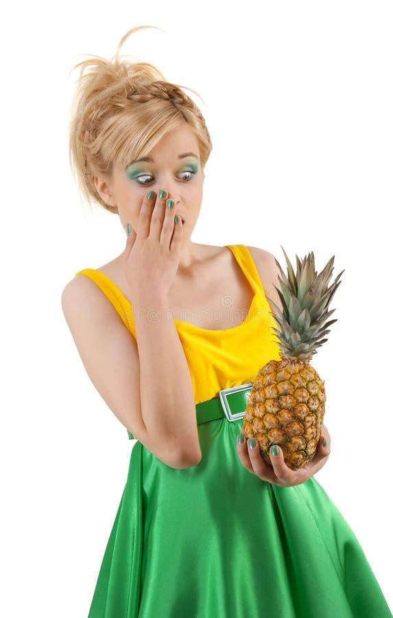 滑稽的女孩菠萝 免版税库存图片