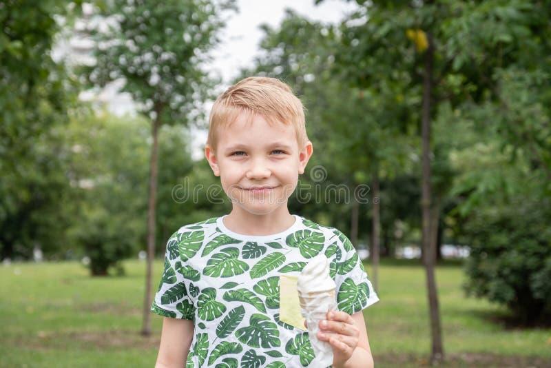 滑稽的孩子哄骗吃冰淇凌的小男孩 免版税库存图片