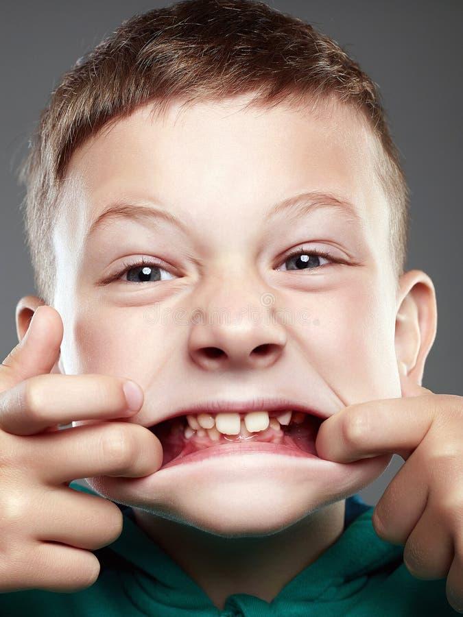 滑稽的孩子 丑恶的鬼脸孩子 免版税库存图片