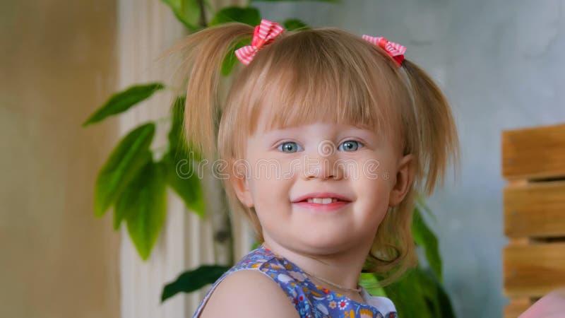滑稽的害羞的小女孩画象在家 库存图片