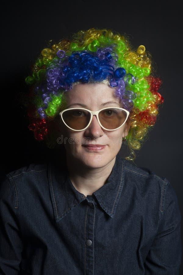 滑稽的小丑妇女,女性与太阳镜 免版税库存照片