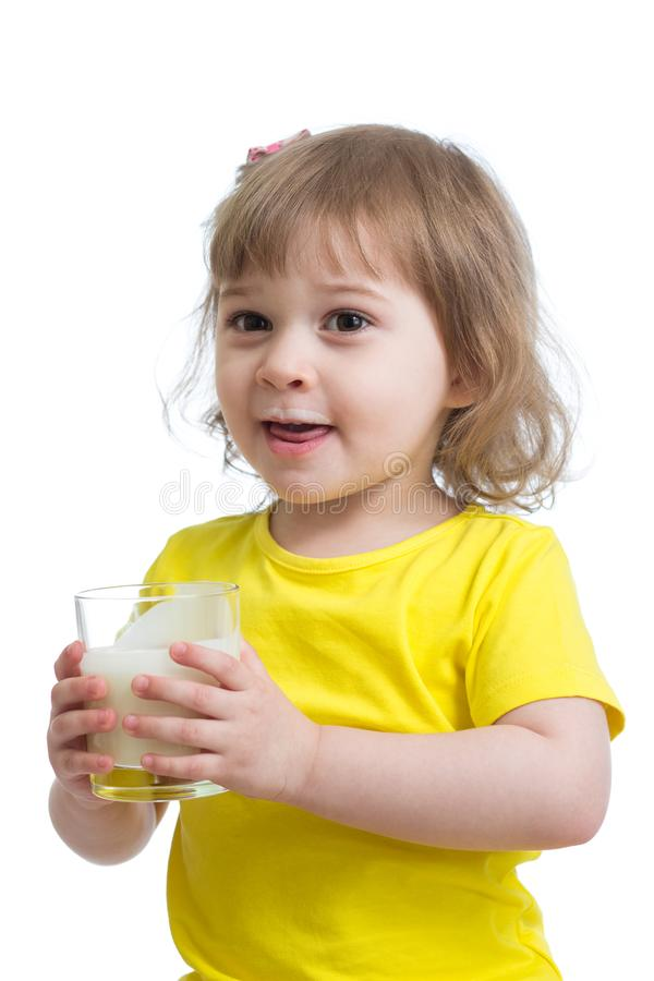 滑稽的小女孩饮用的酸奶或牛乳气酒 库存图片
