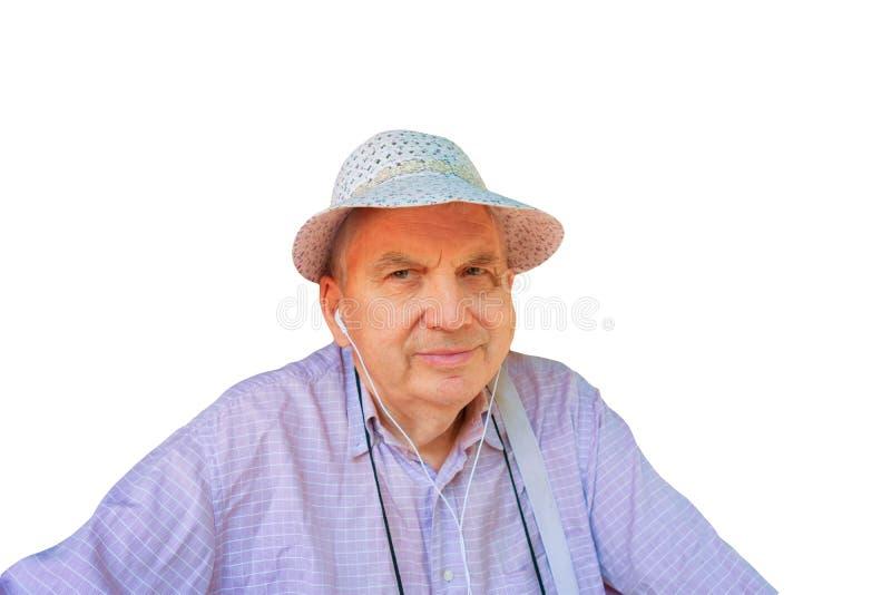 滑稽的帽子和耳朵电话画象的微笑的老人在被隔绝的背景 愉快的长辈资深绅士或农夫或者旅客 免版税图库摄影