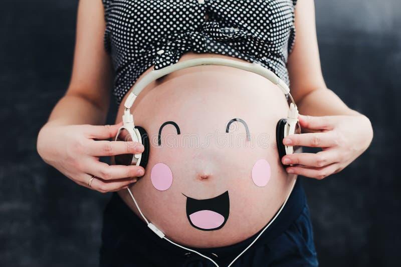 滑稽的怀孕的腹部 孕妇 库存照片