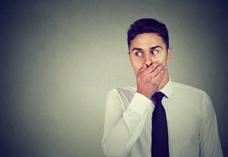 滑稽的看起来的好奇商人窃听的目录到私人会谈里 免版税图库摄影