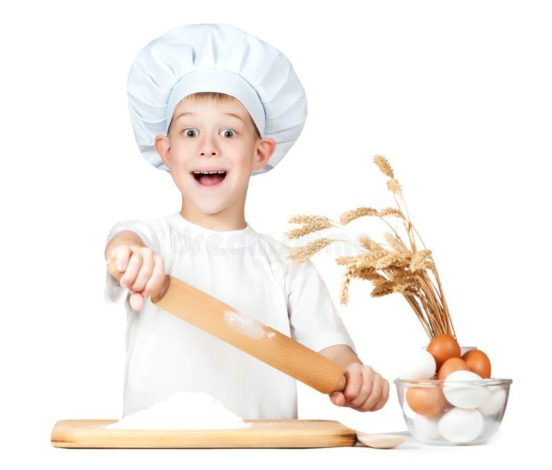 滑稽的矮小的在厨房里帮忙的仆人揉面团 库存照片