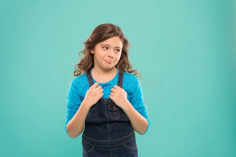 滑稽的鬼脸 嬉戏的青少年的模型 演技概念 为孩子的代课 女孩艺术性孩子实践 免版税库存图片