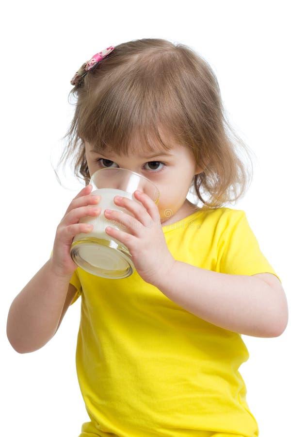 滑稽的clittle女孩饮用的酸奶或牛乳气酒 库存图片