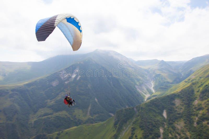 滑翔伞在大高加索山脉山的Gudauri消遣地区 免版税库存照片