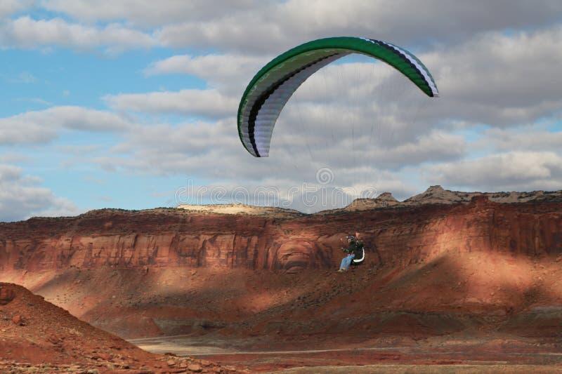 滑翔伞在犹他的沙漠在峡谷地国家公园附近的 库存图片