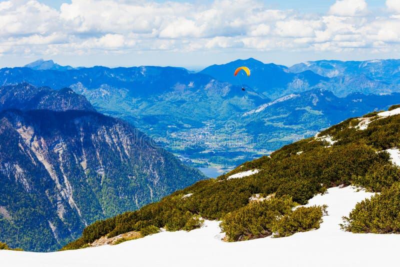 滑翔伞在萨尔茨卡默古特,奥地利 库存照片
