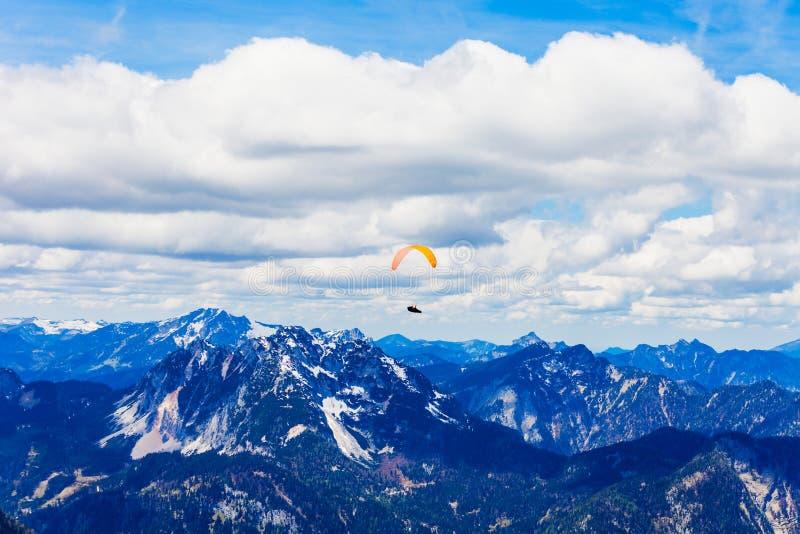 滑翔伞在萨尔茨卡默古特,奥地利 库存图片