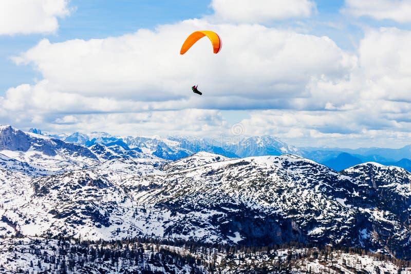 滑翔伞在萨尔茨卡默古特,奥地利 免版税库存图片