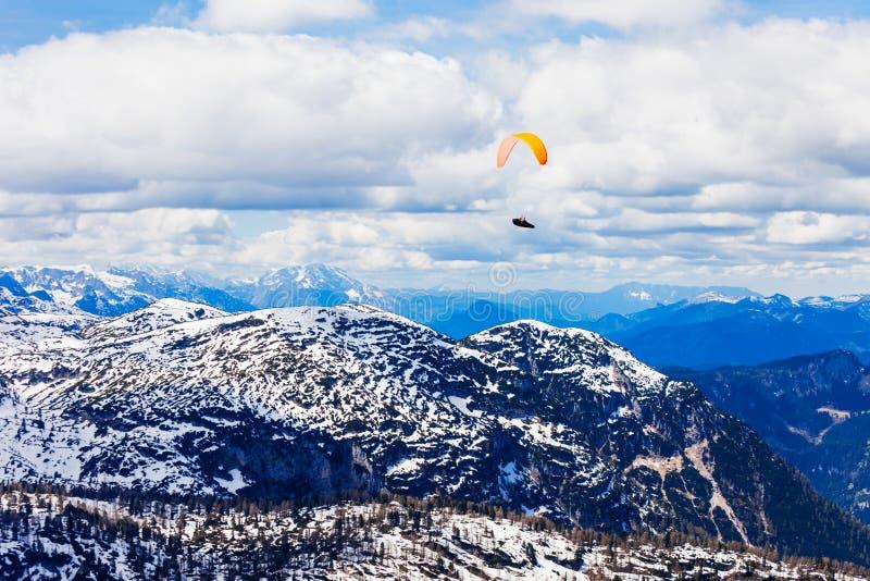 滑翔伞在萨尔茨卡默古特,奥地利 免版税库存照片