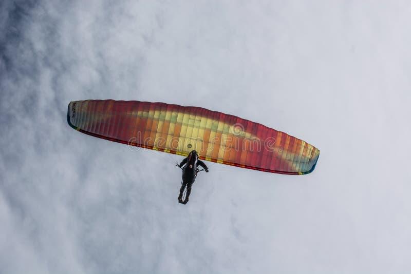 滑翔伞在蓝色夏天天空飞行 免版税库存照片