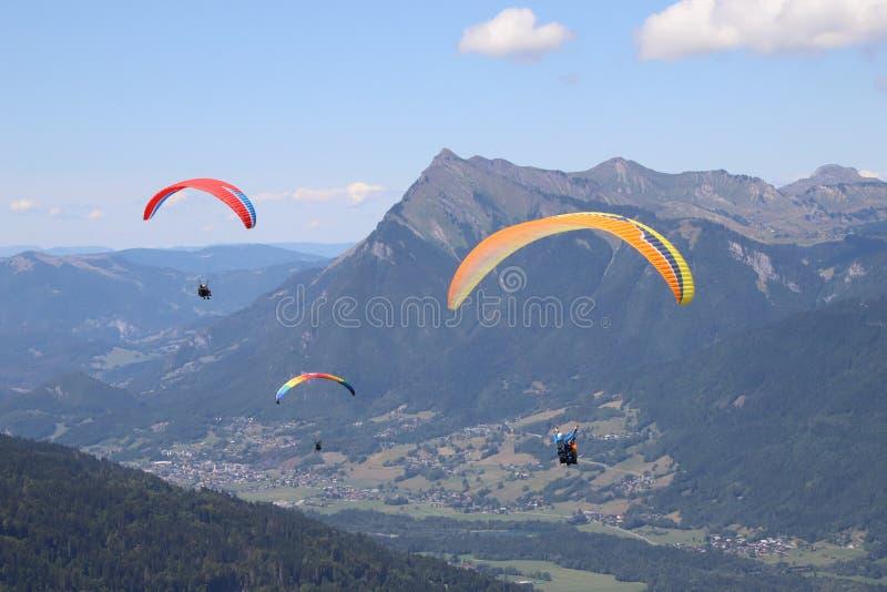 滑翔伞在Samoens,法国阿尔卑斯 免版税库存图片