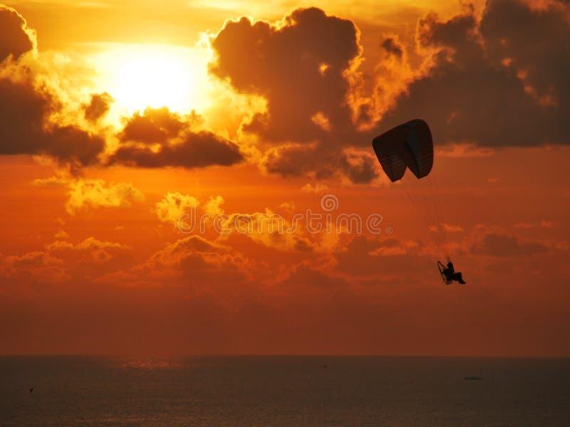 滑翔伞日出 库存图片