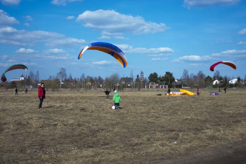 滑翔伞飞行反对领域背景,土地 o E 免版税图库摄影