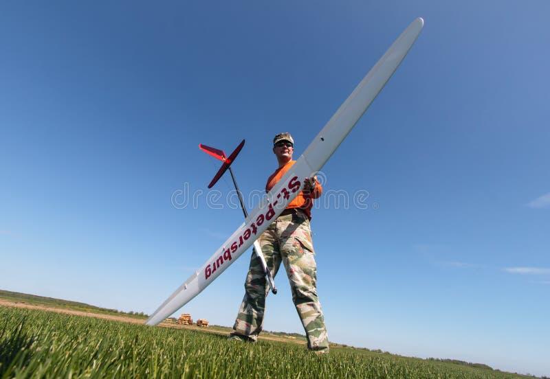 滑翔机拿着人rc 免版税库存图片