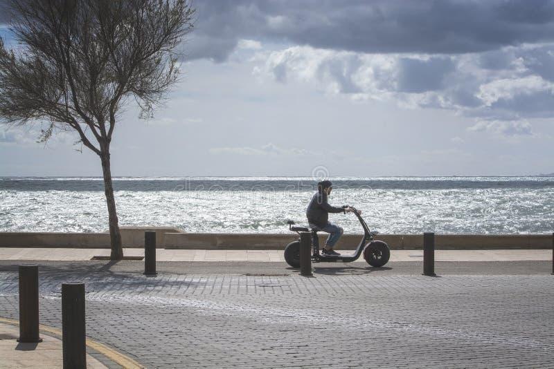 滑行车司机背后照明海洋 图库摄影
