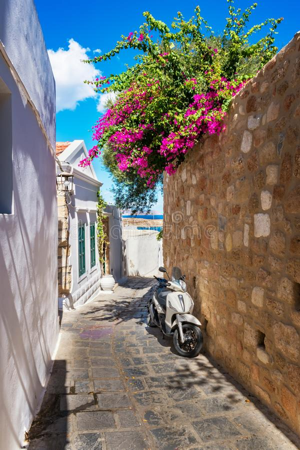 滑行车在狭窄的街道上停放了Lindos (罗得岛,希腊) 库存照片