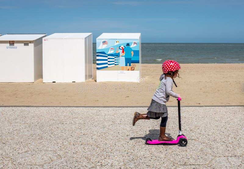 滑行车的不明身份的少女 库存图片