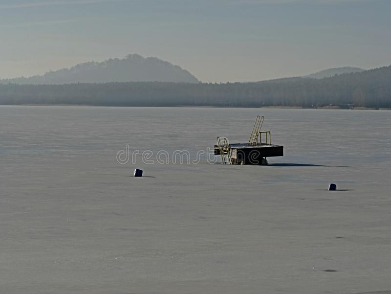 滑轨道塔在冻湖,冰冷的水平面 冬天蒂姆 库存图片