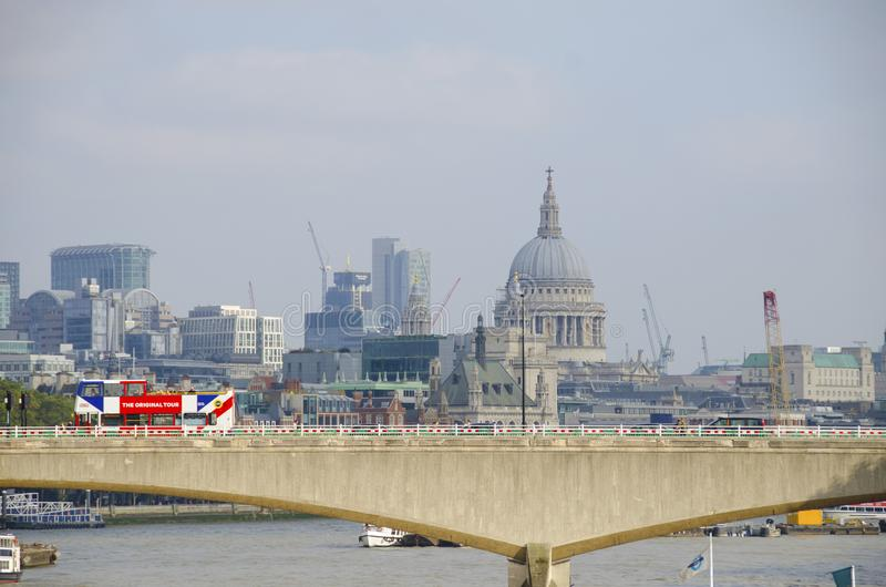 滑铁卢桥梁和圣保罗大教堂 免版税库存照片