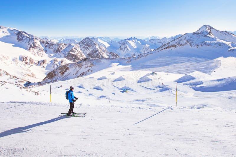 滑雪下坡在山,寒假 免版税图库摄影