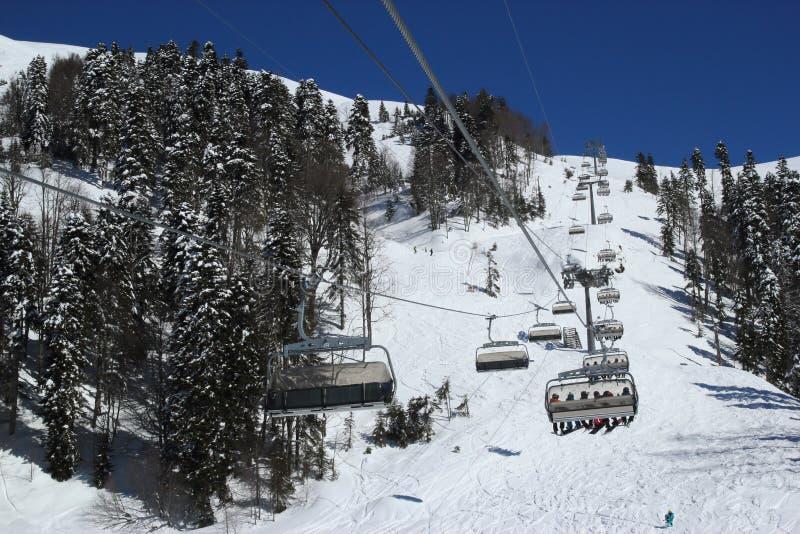 滑雪倾斜在多雪的山区度假村罗莎Khutor,索契 免版税图库摄影