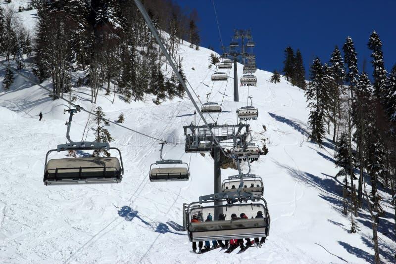 滑雪倾斜在多雪的山区度假村罗莎Khutor,索契 免版税库存图片
